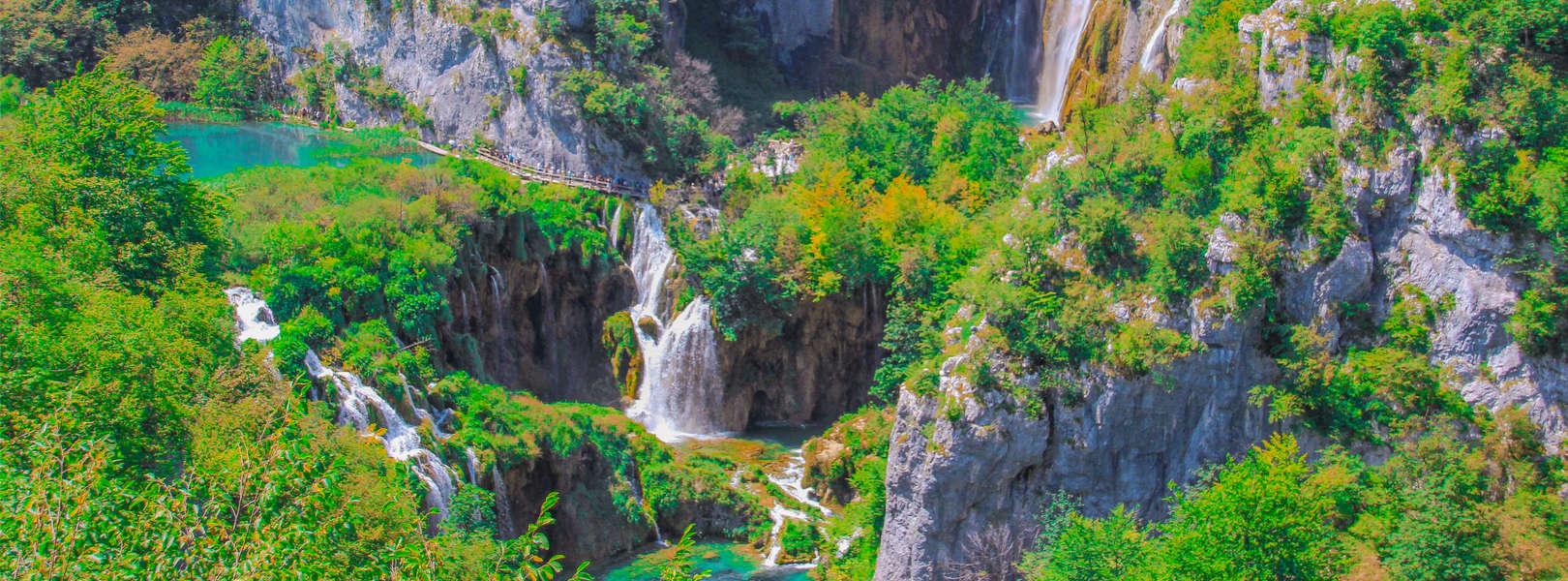 Blick auf die Wasserfälle der Plitvicer Seen in Kroatien