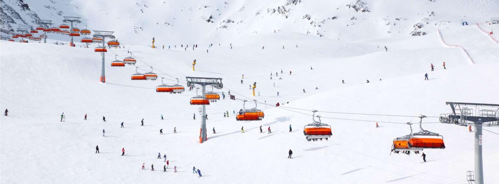 Blick auf das Skigebiet in den Kitzbuehler Alpen