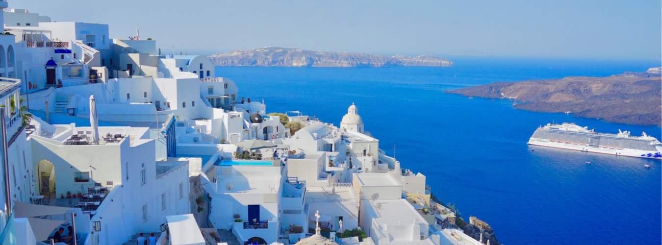 Schöne Urlaubsziele in Südeuropa - Blick auf die griechische Insel Santorini