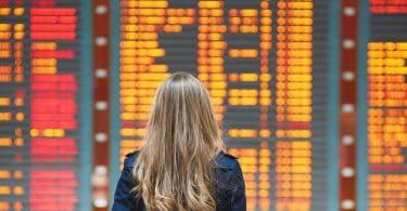 Entschaedigung bei einer Flugverspaetung mit Blick auf eine Flughafenanzeigetafel