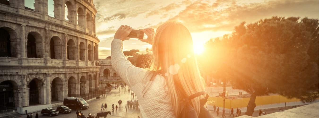 Italien Reiseziele - Frau macht ein Selfie vor der berühmten Sehenswürdigkeit: Kolosseum in Rom