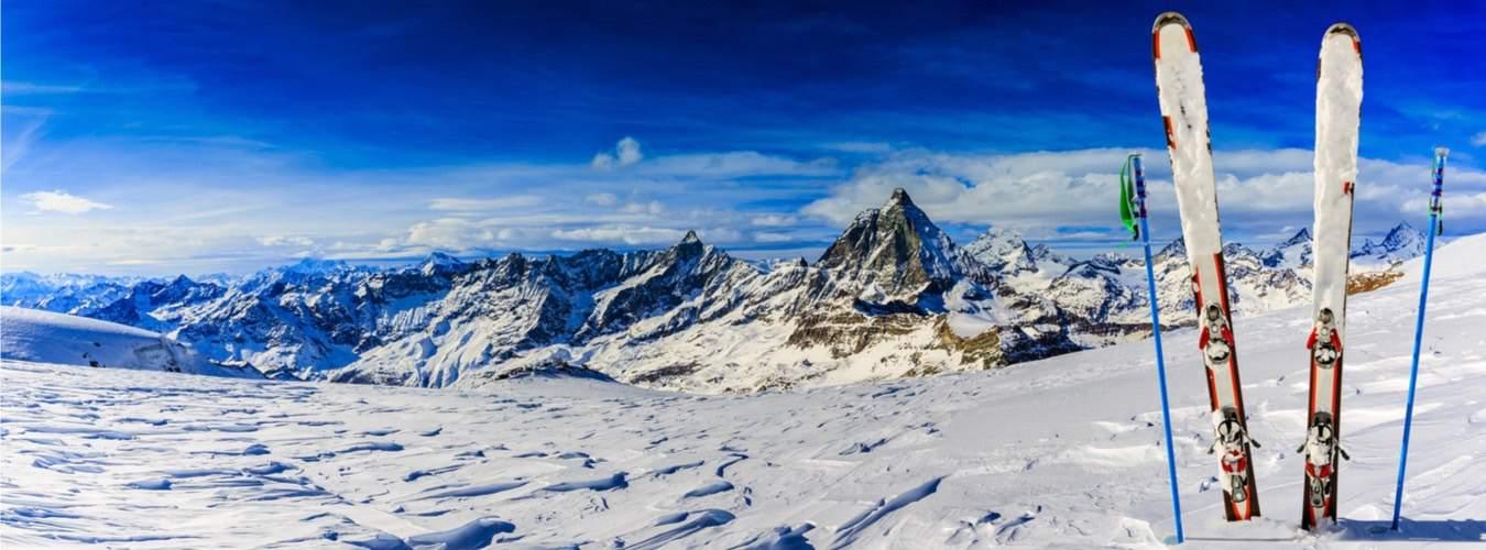 Schweiz Sehenswürdigkeiten - Skiequipment im Schnee am Matterhorn